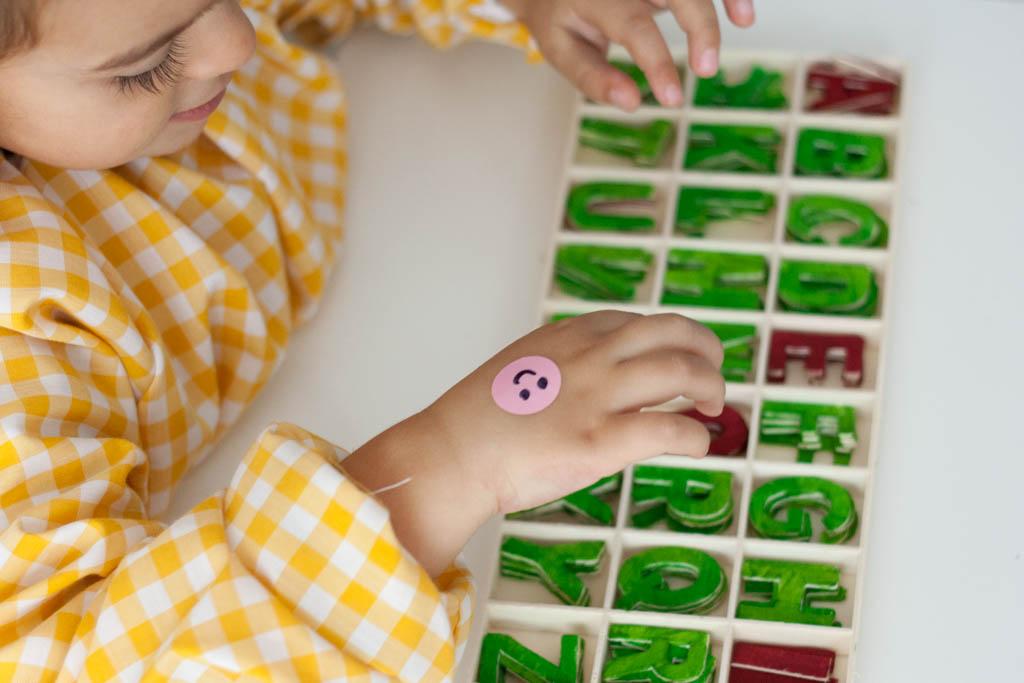 niña jugando con abecedario
