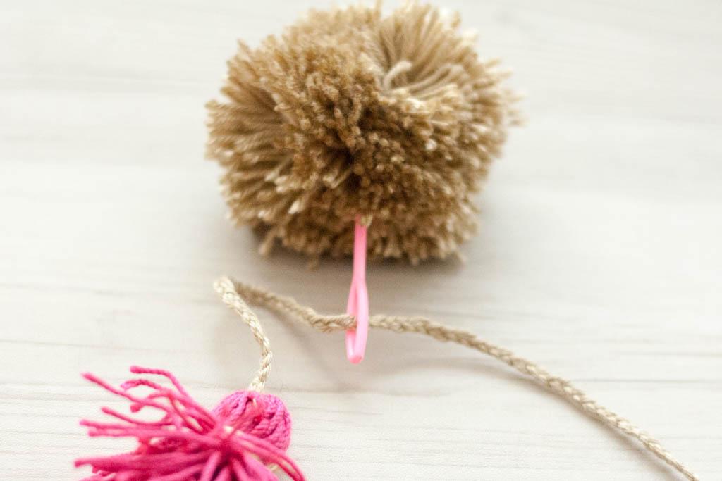 como hacer adornos con pompones de lana