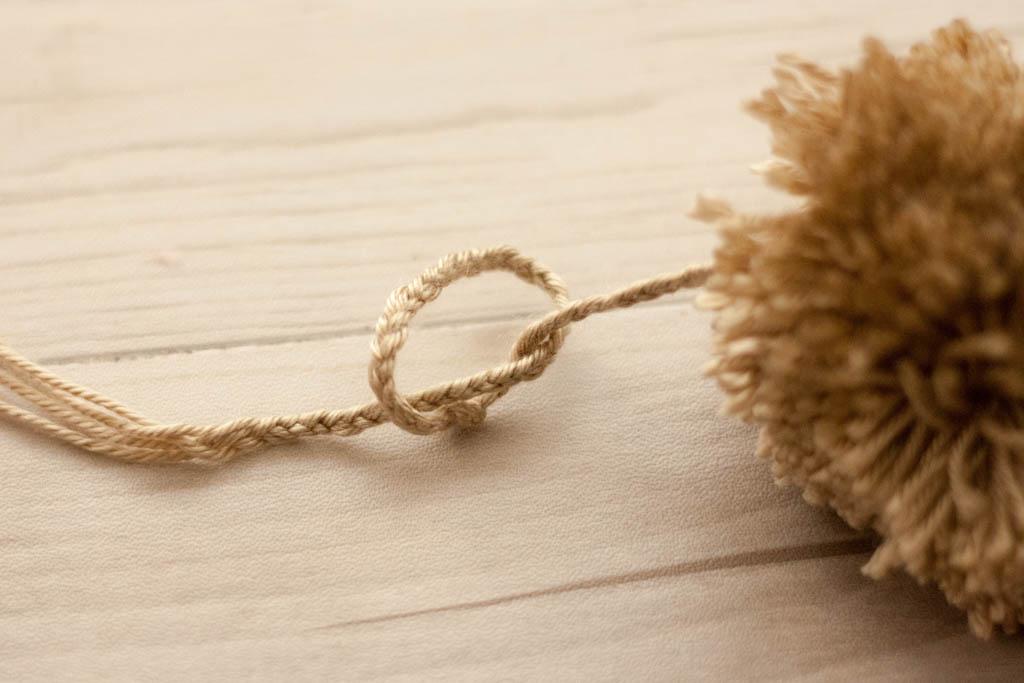 como hacer adorno con pompones de lana
