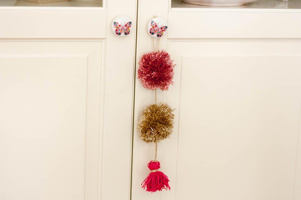 adorno para puerta hecho con pompones