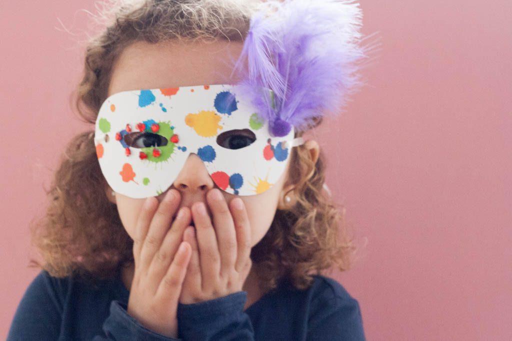 niña con mascara de carnaval