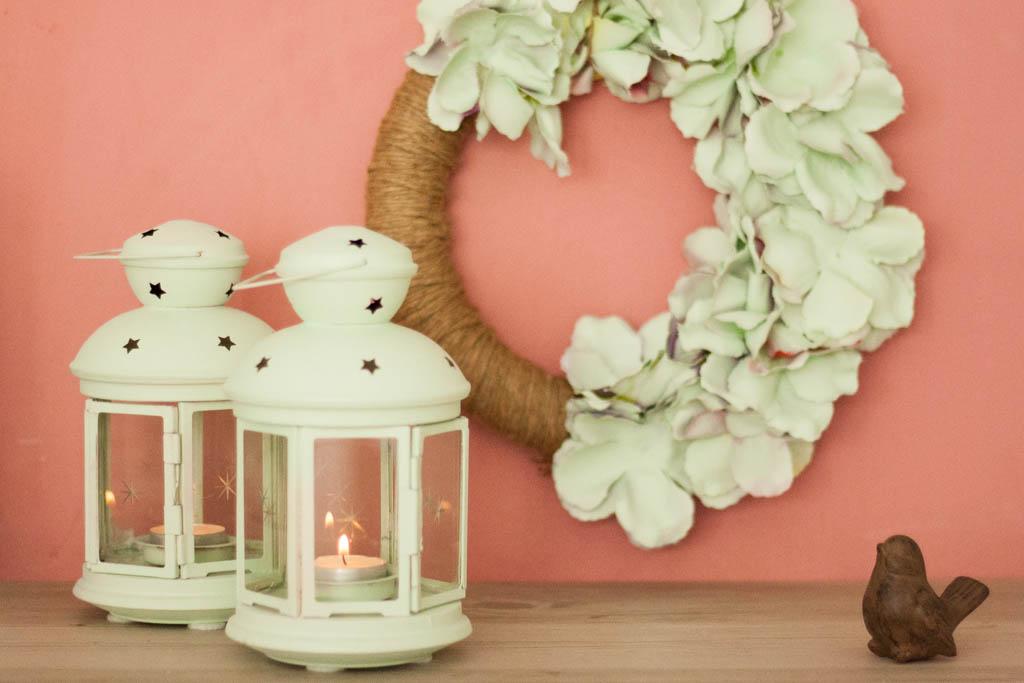 Como hacer una corona de flores pintadas para decorar la for Materiales para hacer una puerta