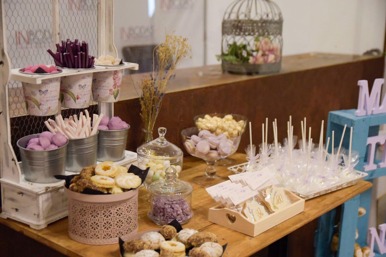 Mesa de dulces para bautizo decorada con lavanda y tonos for Mesa de dulces para bautizo de nina