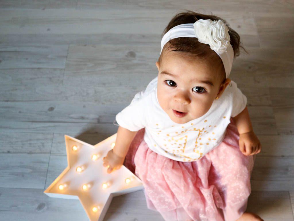 bebe mirando hacia arriba con estrella
