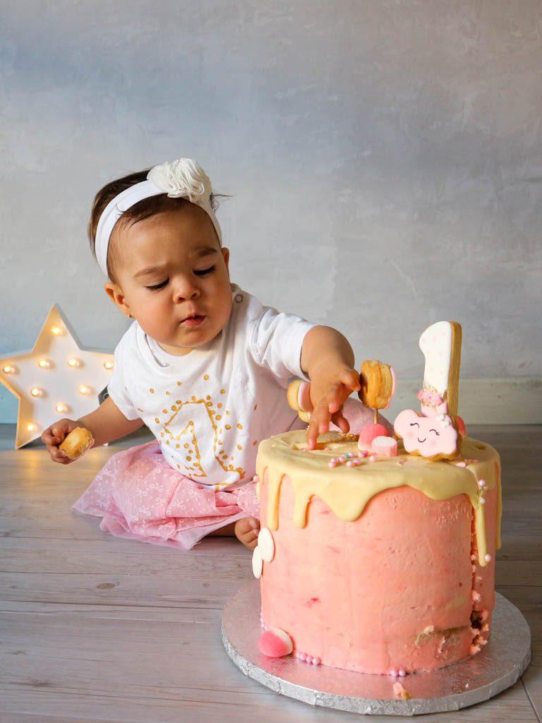 bebe tocando tarta de cumpleaños