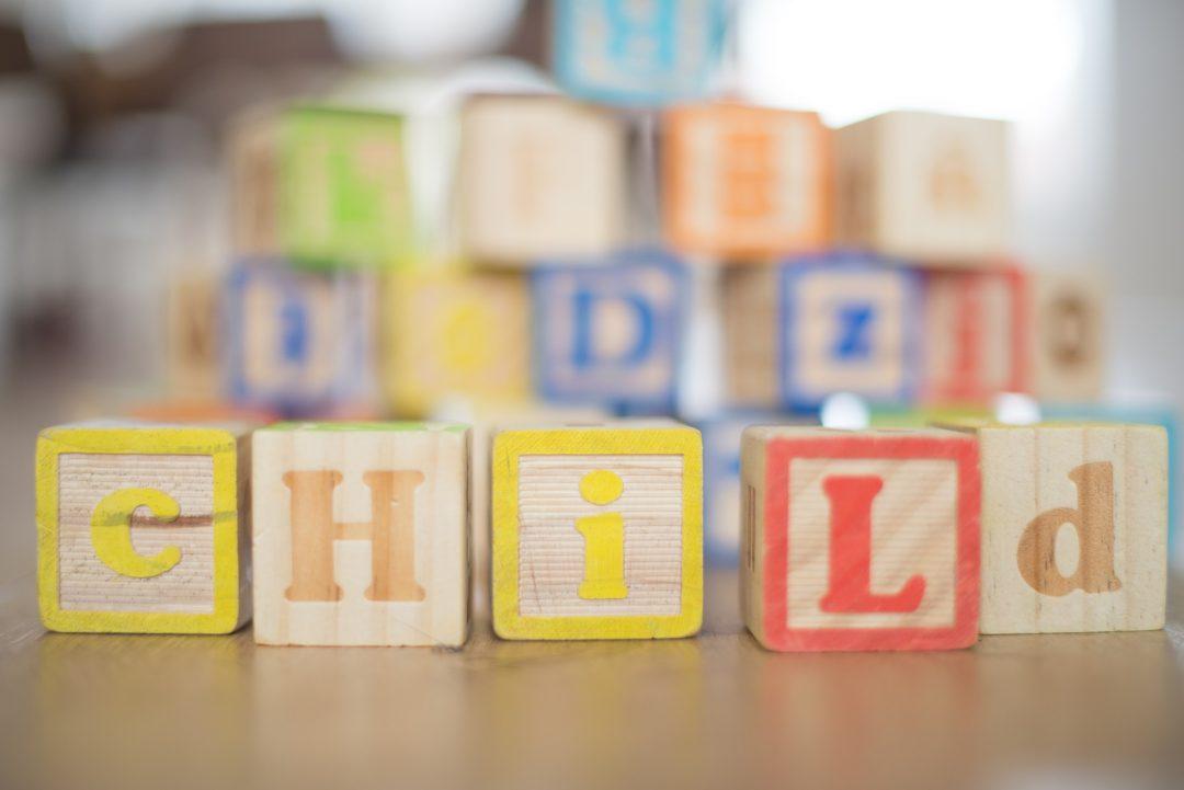 juego de niños con piezas de madera