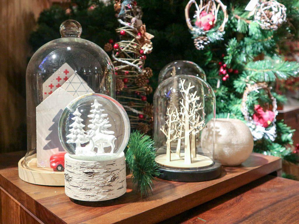 campanas con adornos navideños
