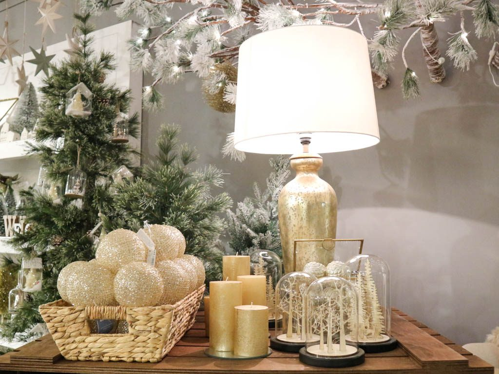 lampara de sobremesa, adornos y velas