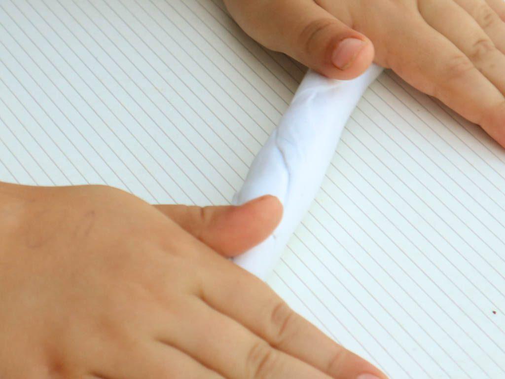manos de niño jugando con slime casero