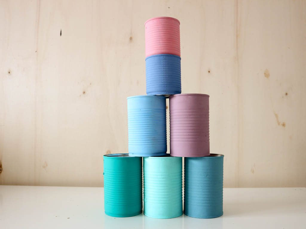 latas de conservas pintadas y apiladas