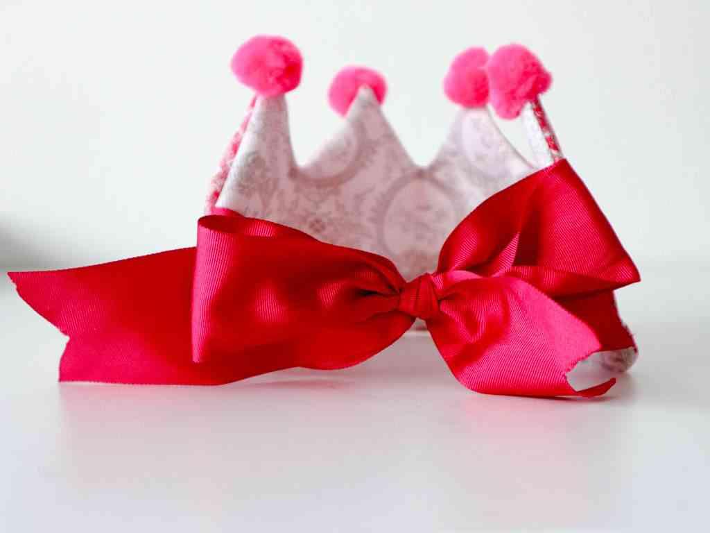 Corona de cumpleaños con lazo
