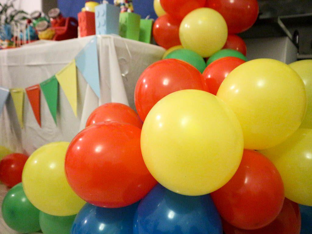 cascada de globos fiesta lego