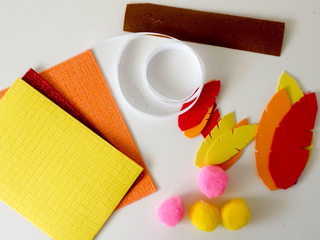material usado para realizar una corona de goma eva: goma eva, cuerda, fieltro, pegatinas, pompones
